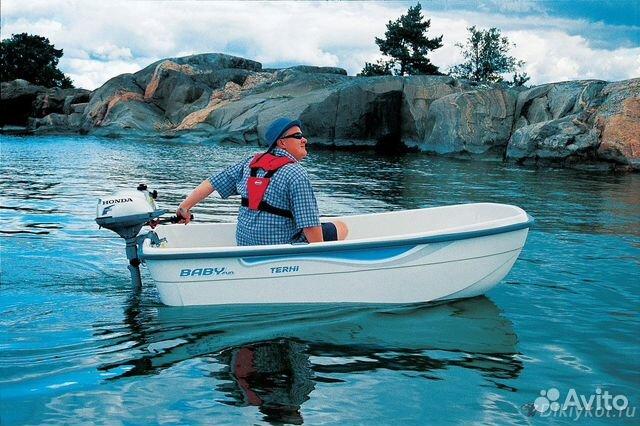маленькая пластиковая лодка под мотором